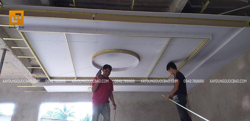 Đóng trần thạch cao trần của phòng khách tầng trệt