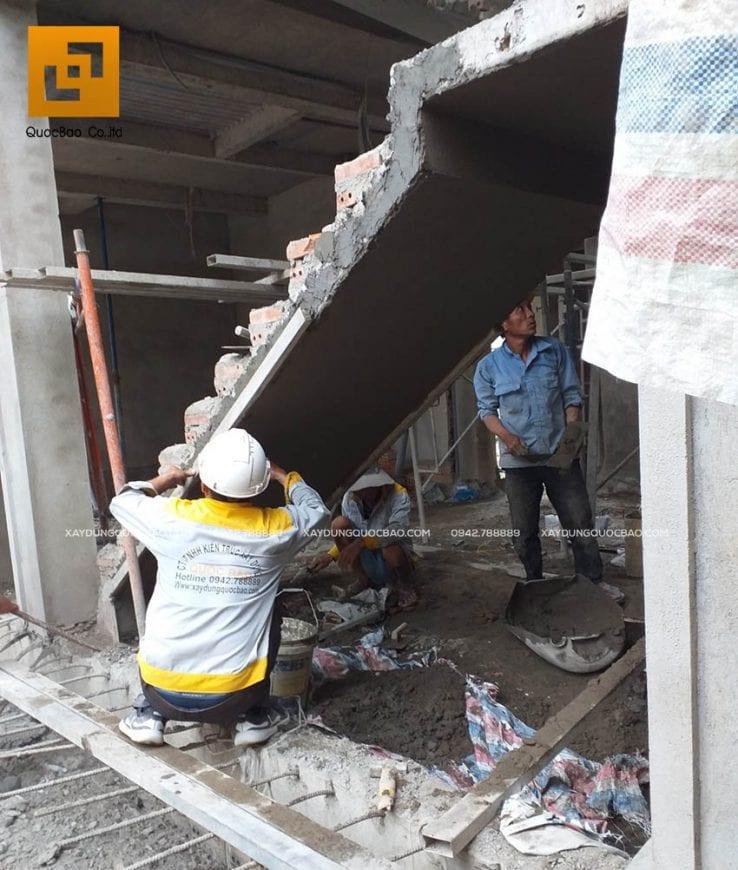 Trát xi măng khu vực cầu thang