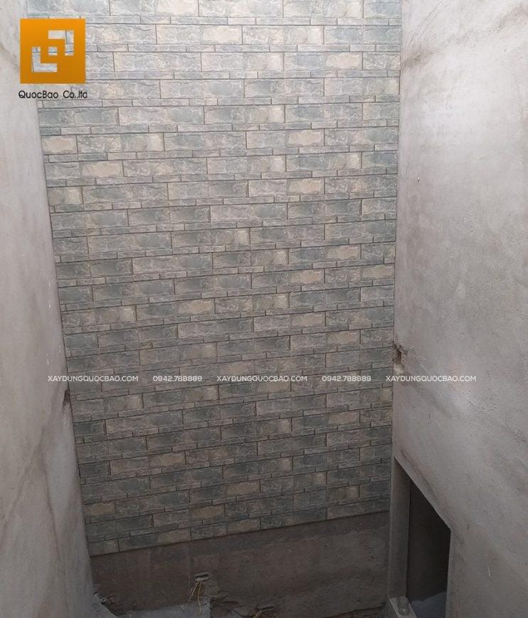 Ốp gạch giả đá vách tường trong phòng vệ sinh