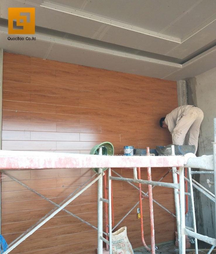 Thi công ốp gạch vân gỗ vách tường phòng ngủ master
