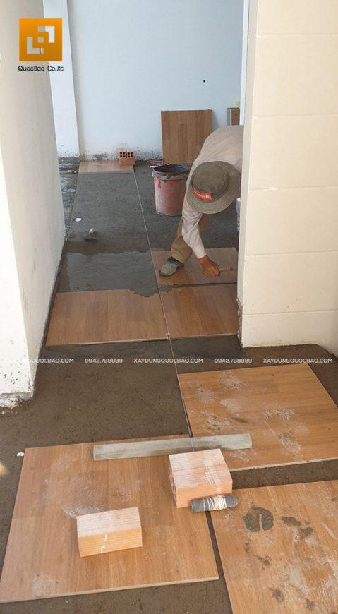 Ốp lót gạch khu vực chiếu nghỉ của cầu thang