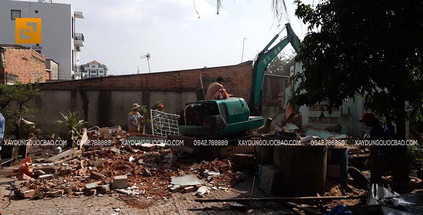 Công tác phá dỡ ngôi nhà trên nền đất cũ để chuẩn bị thi công