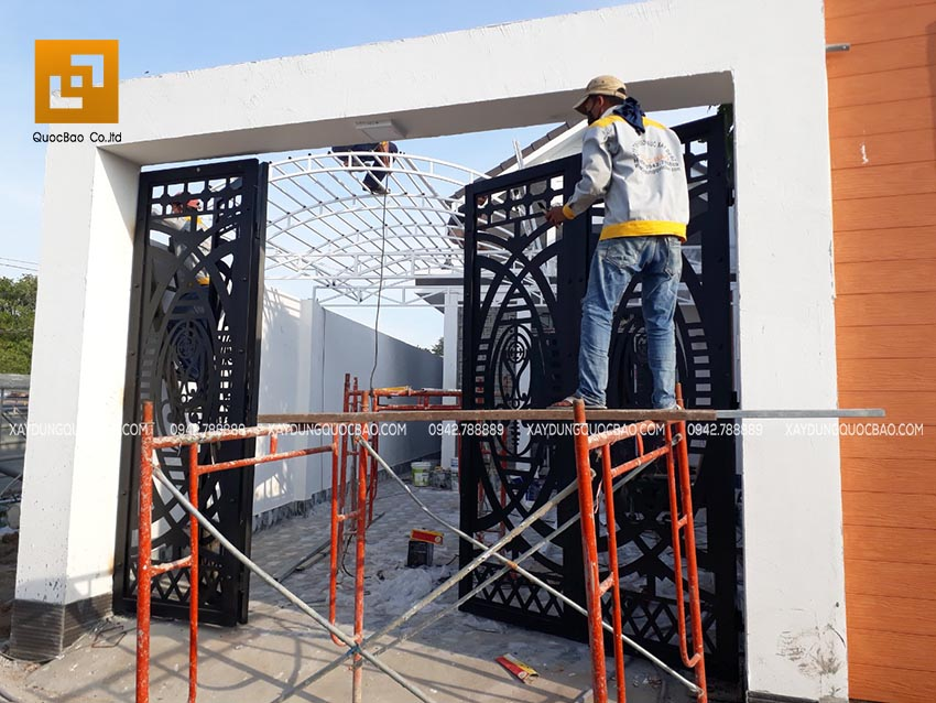 Lắp đặt cửa sắt CNC cổng nhà 4 cánh