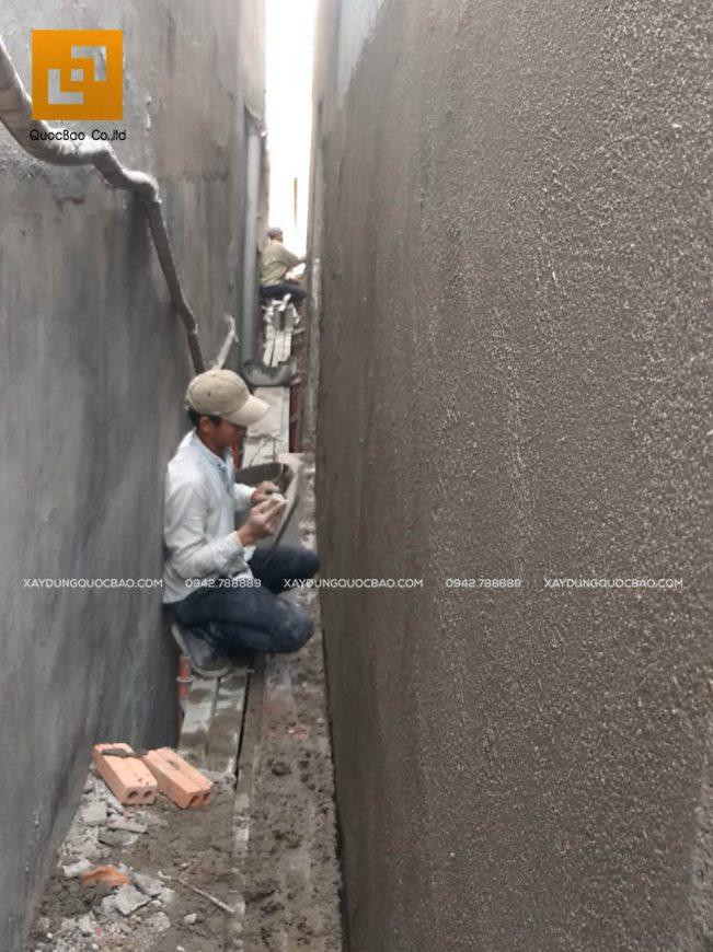 Thi công tô trát tường bao phủ bên ngoài nhà