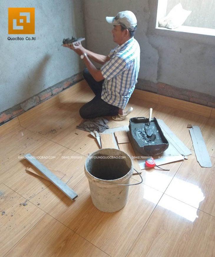 Thi công ốp gạch viền chân tường bao quanh nhà