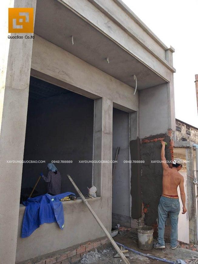 Công nhân triển khai tô trát tường, vách ngăn, vách song
