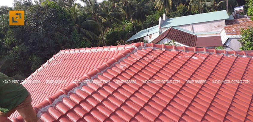 Đội thi công ZCONS đang lợp mái ngói căn biệt thự hiện đại - Ảnh 4