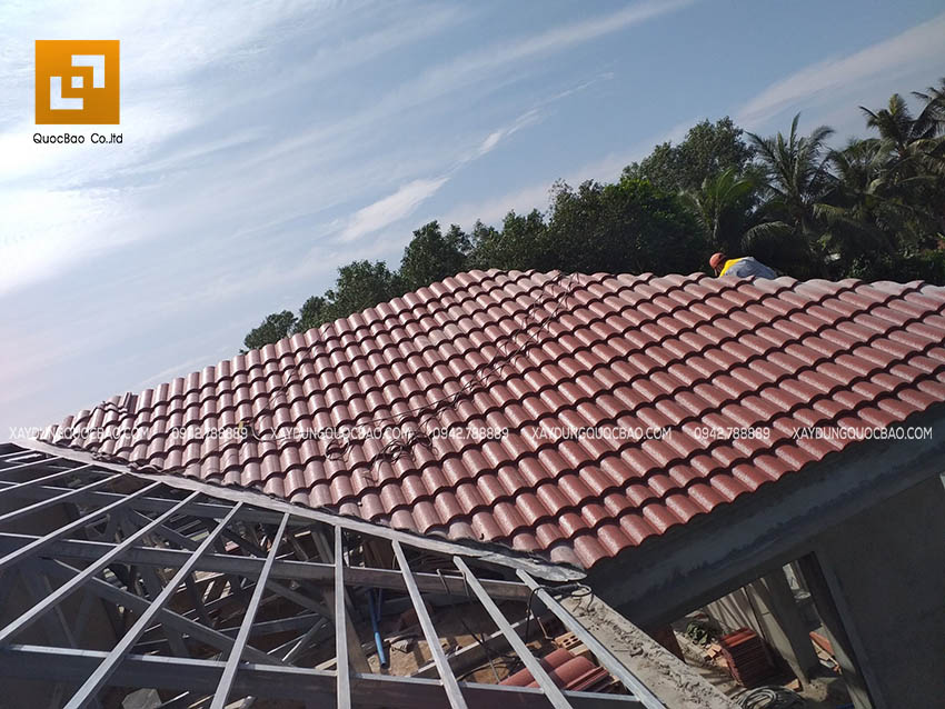 Đội thi công ZCONS đang lợp mái ngói căn biệt thự hiện đại - Ảnh 3