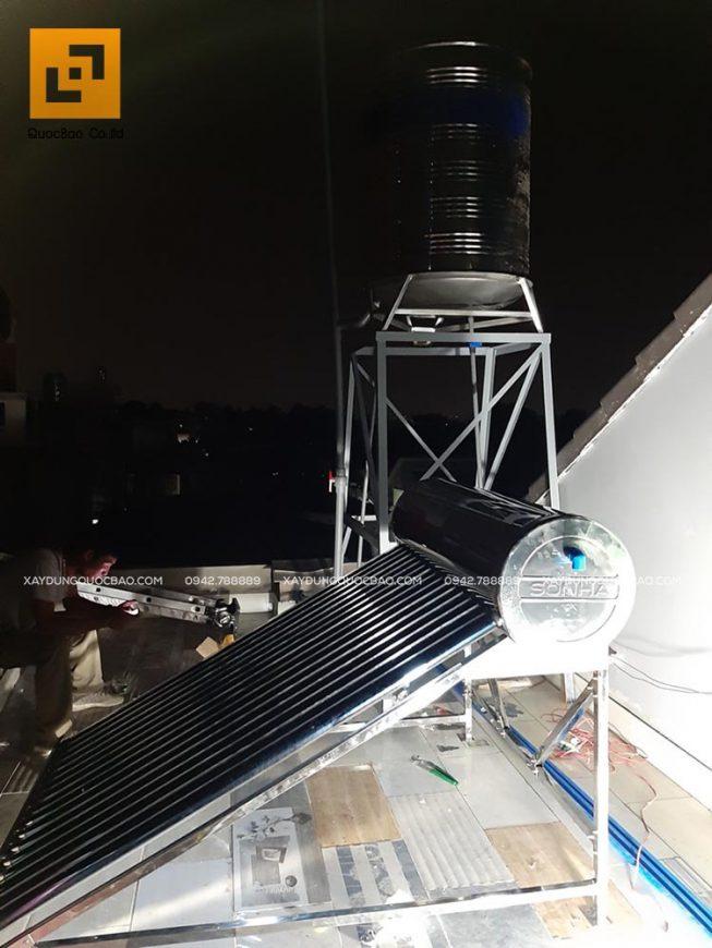 Lắp đặt bồn chứa nước và hệ thống nước nóng sử dụng năng lượng mặt trời trên mái nhà
