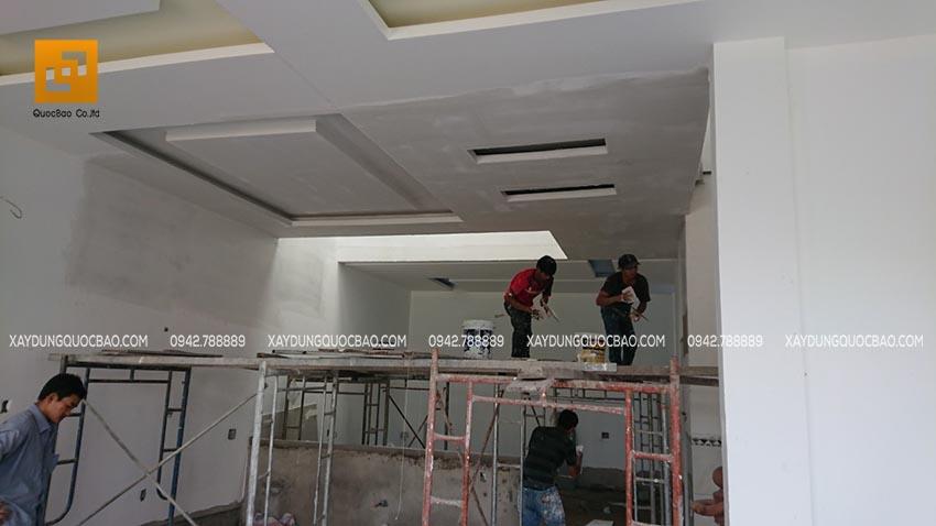 Công nhân đang trét bả matic tường và trần nhà