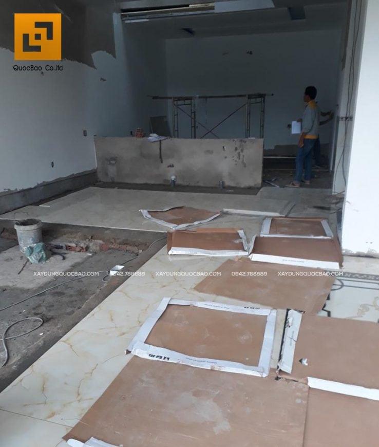 Lát gạch men nền nhà loại 80x80 ở tầng trệt