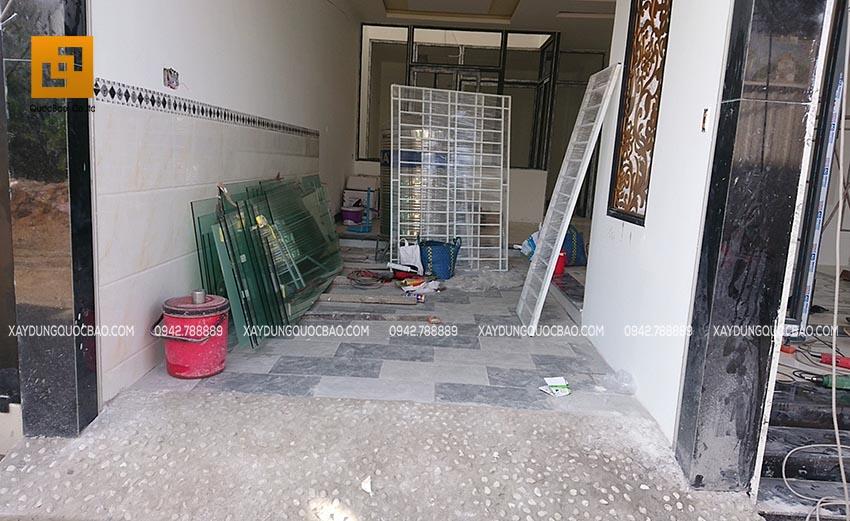 Tập kết khung cửa sắt và kính chuẩn bị lắp đặt ở các phòng