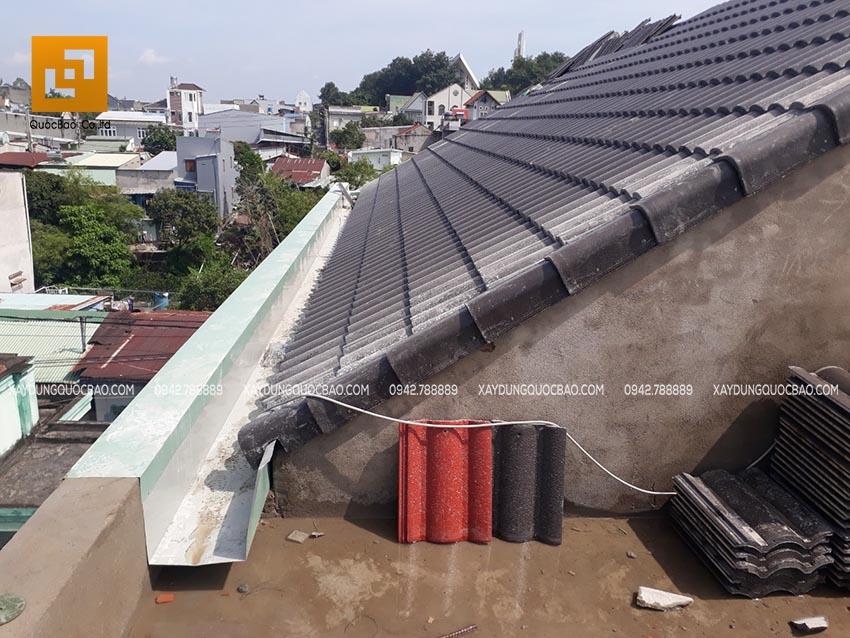 Lợp mái ngói và lắp máng xối thoát nước