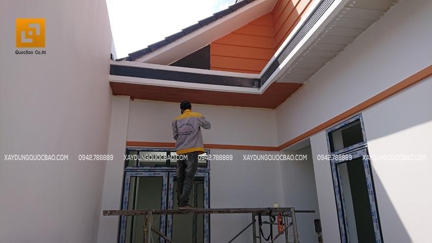 Công nhân thi công sơn lót chống thấm và sơn nước ngoại thất