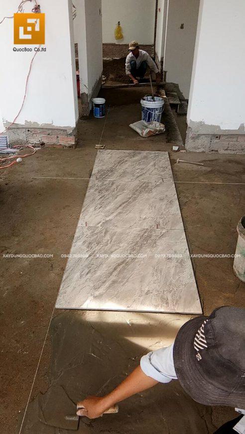 Lót gạch nền lối đi giữa nhà ở tầng 2