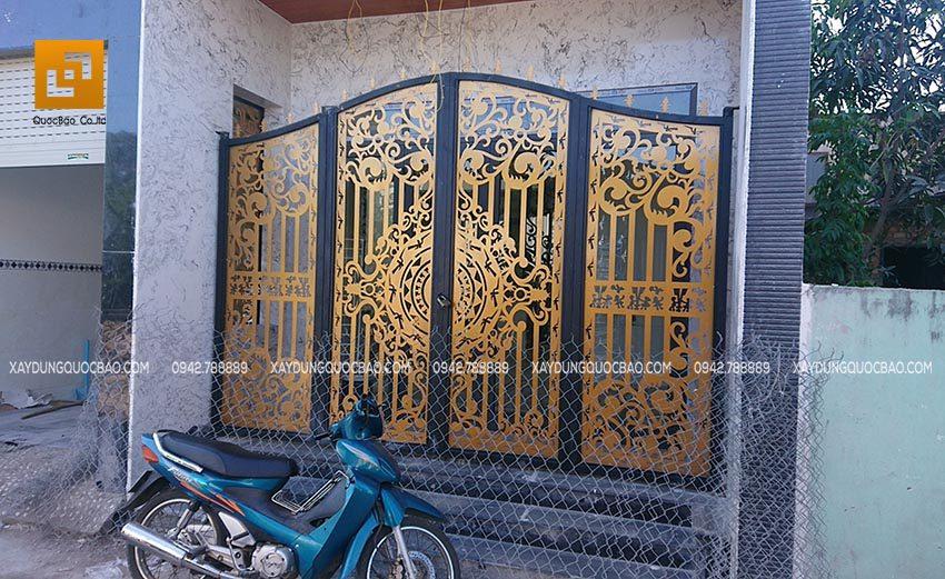Cổng sắt CNC mỹ thuật được trang trí với nhiều họa tiết độc đáo, là điểm nhấn đầu tiên của ngôi nhà