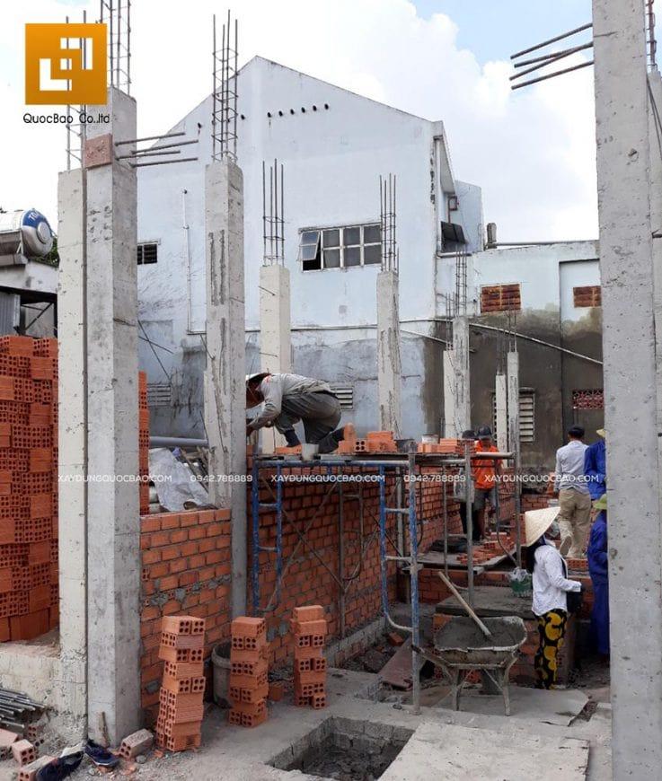 Công nhân xây tường, vách tầng trệt