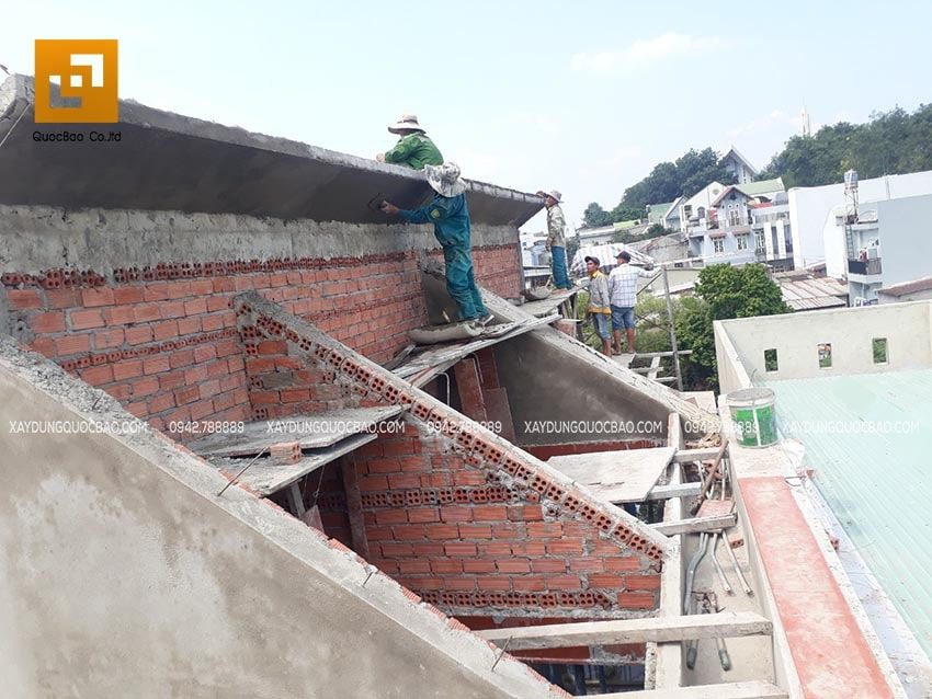 Gia cố và hoàn thiện phần đỉnh của mái nhà