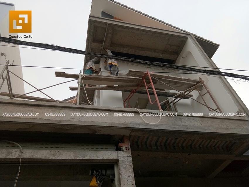 Công nhân ZCONS thi công tô trát tường bên ngoài nhà - Ảnh 2