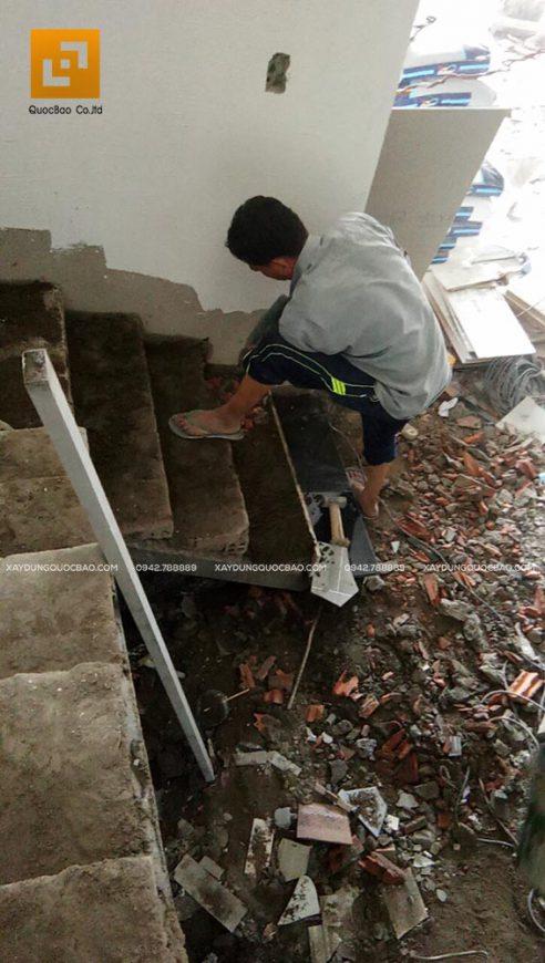 Thi công phần thô cầu thang giữa tầng trệt và lầu 1
