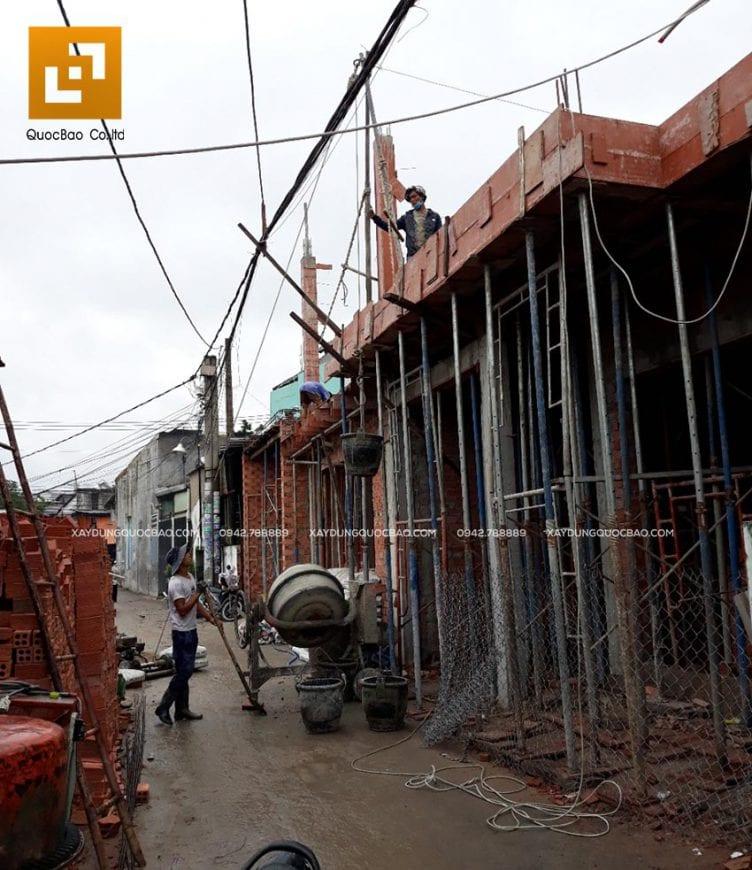 Công nhân thi công đổ bê tông dầm, sàn tầng 2