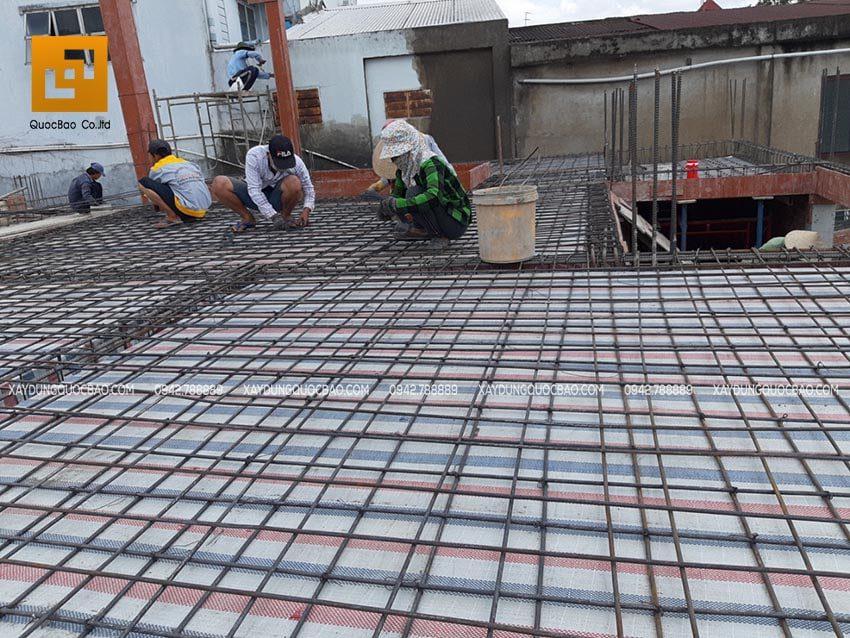 Lắp đặt cốt thép sàn tầng 2, đan sắt thành 2 lớp