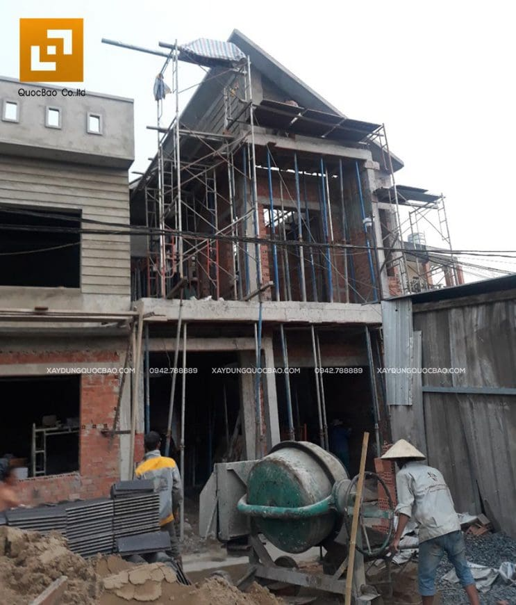 Công nhân ZCONS thi công tô trát tường bên ngoài nhà - Ảnh 1