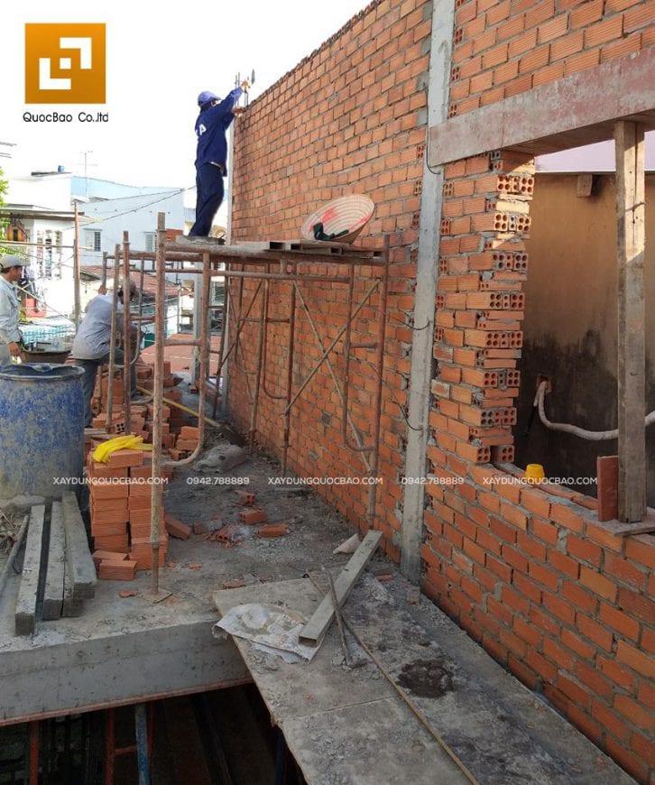 Công nhân xây bức vách bao quanh nhà