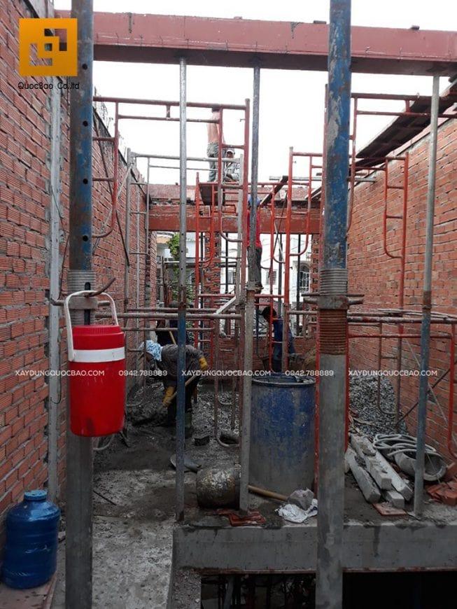 Đội thi công nhà phố đổ bê tông và bảo dưỡng dầm mái