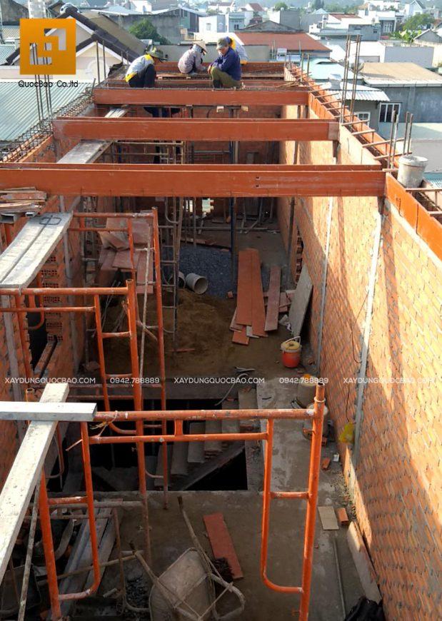 Ghép ván khuôn chuẩn bị đổ bê tông dầm mái