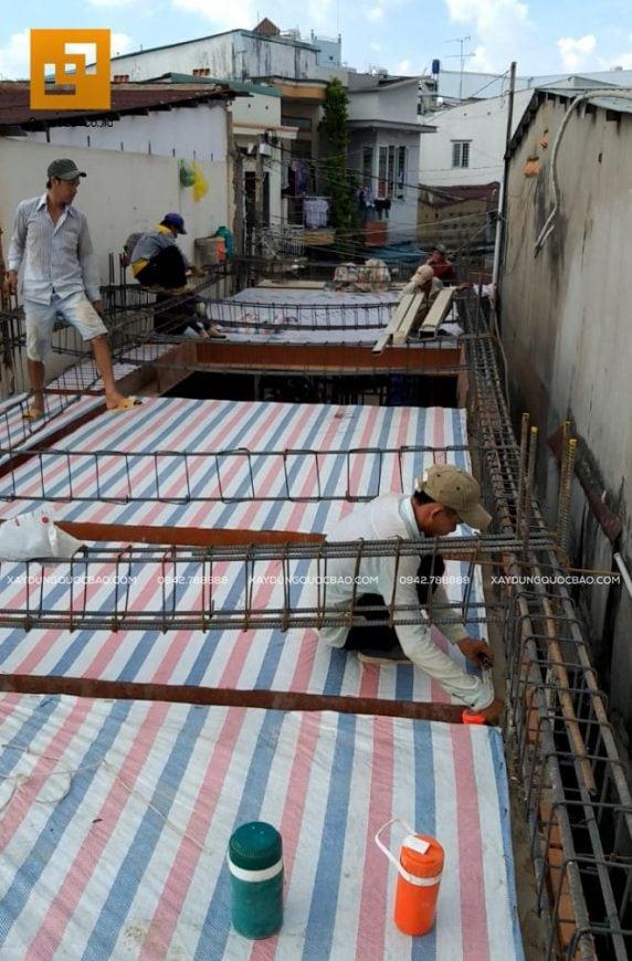 Công nhân lắp đặt cốt thép dầm và sàn lầu 1