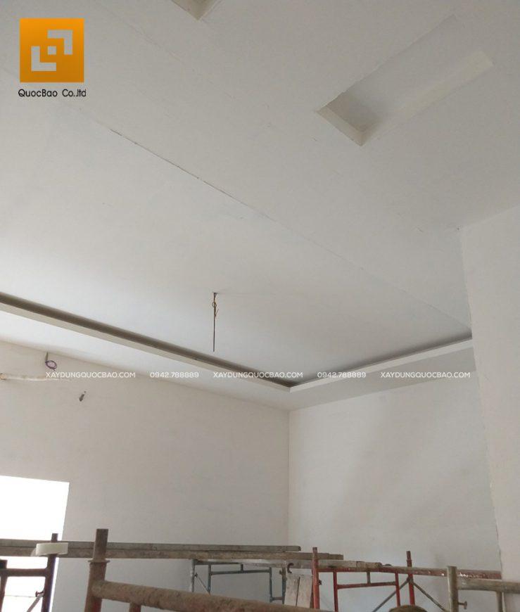 Thi công sơn lót vách tường và trần nhà bên trong phòng ngủ