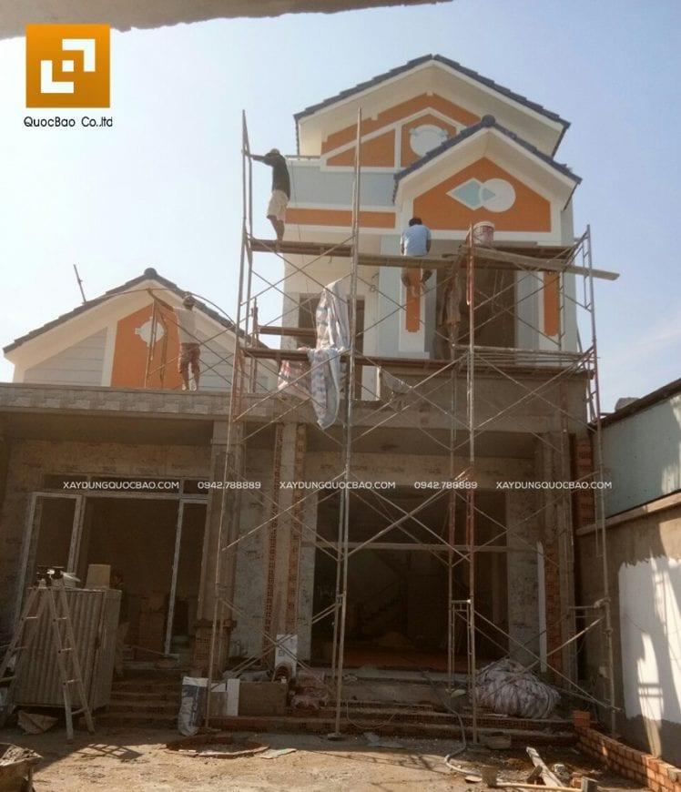 Công nhân đang sơn phủ ngoại thất mặt tiền nhà phố và nhà cấp 4