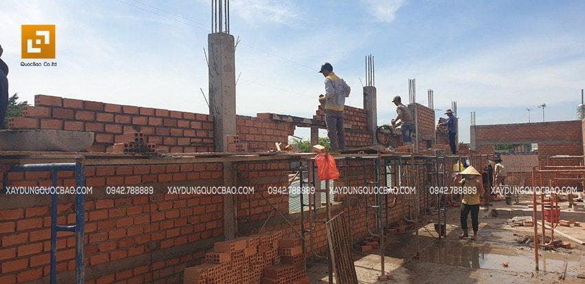 Công tác xây tường vách lầu 1