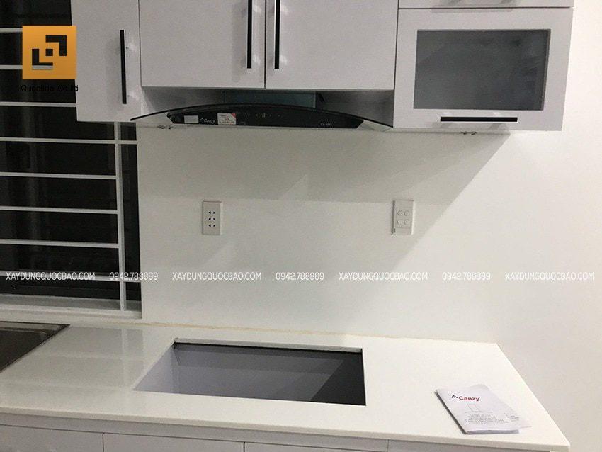 Nhà bếp sử dụng bếp gas âm, máy hút mùi bố trí hợp lý ở khu vực tủ bếp