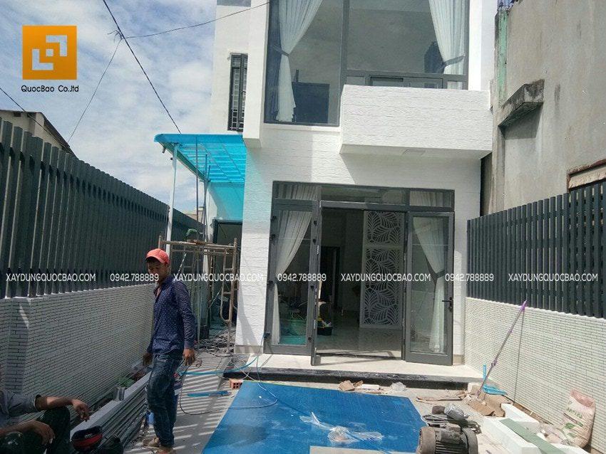 Công nhân tiến hành dọn dẹp vệ sinh sân bãi, lau chùi tủ, cửa kính