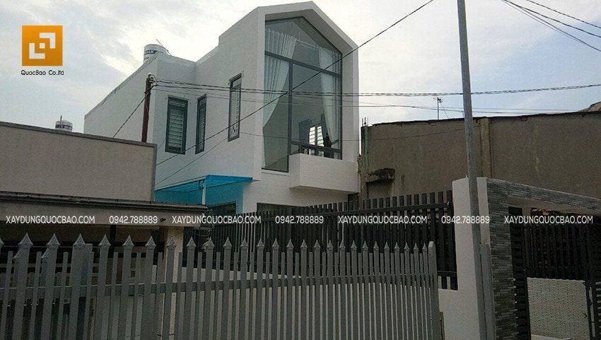 Ngôi nhà phố 2 tầng hiện đại của đôi vợ chồng trẻ nổi bật giữa lòng phố