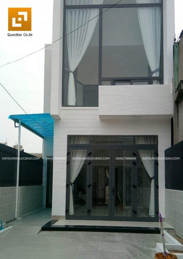 Ngôi nhà 2 tầng thiết kế thông thoáng với nhiều khung cửa kính của anh Phương đã hoàn tất