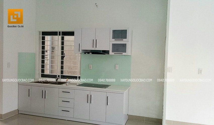 Góc bếp ăn của gia đình có khung cửa lùa nhằm giảm mùi cho phòng khách khi nữ đầu bếp trổ tài nấu nướng