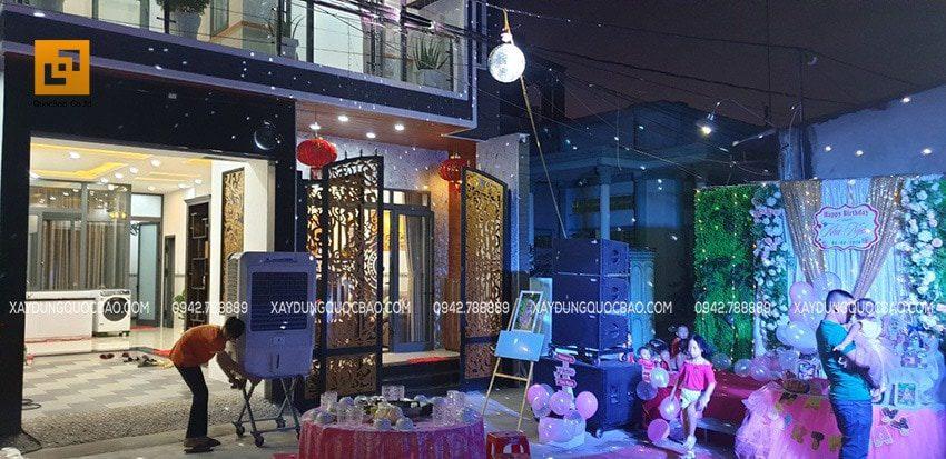 Không gian buổi tiệc tân gia kết hợp sinh nhật con gái của anh Phước