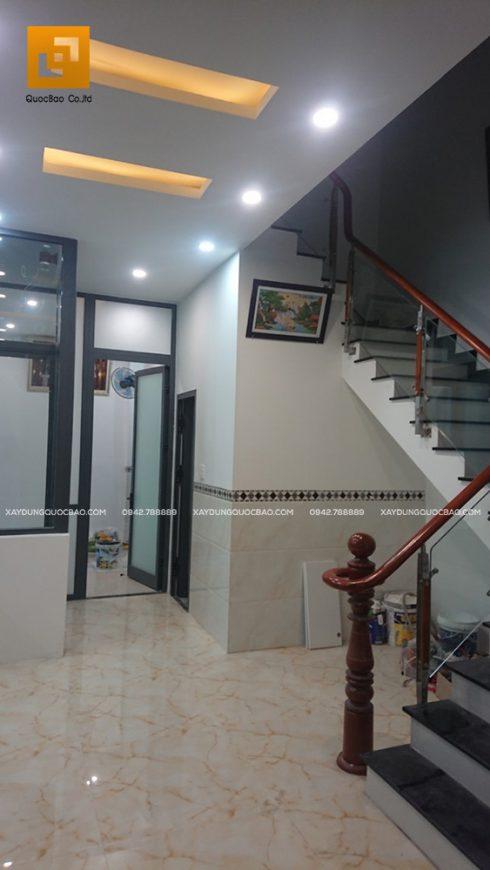 View lối đi từ phòng khách ra hành lang phía sau nhà