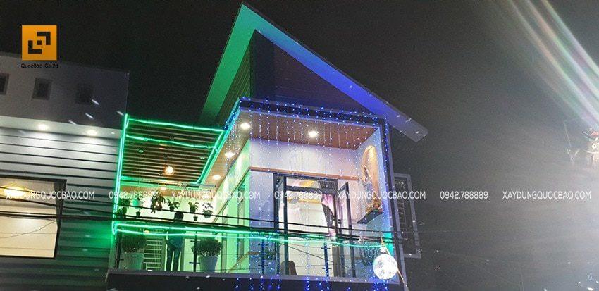 Ngôi nhà về đêm khi đã lên đèn lung linh rực rỡ đủ sắc màu