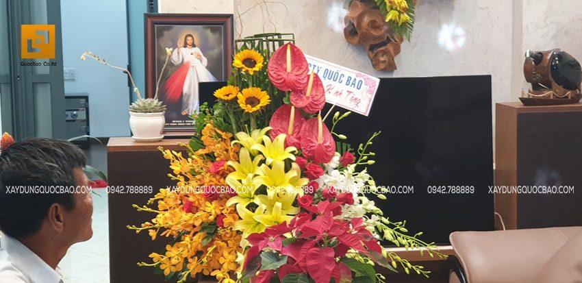 Nhân ngày tân gia, đại diện công ty Quốc Bảo đã đến tặng hoa và chung vui cùng gia đình anh Phước