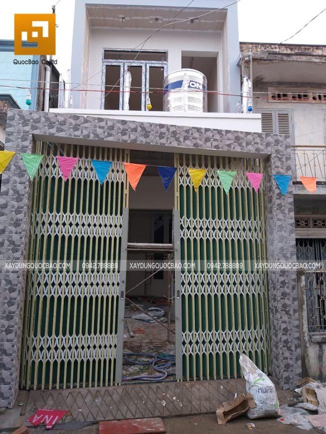 Cổng nhà sử dụng cửa kéo Đài Loan có lá, cột trụ đều được ốp gạch sang trọng