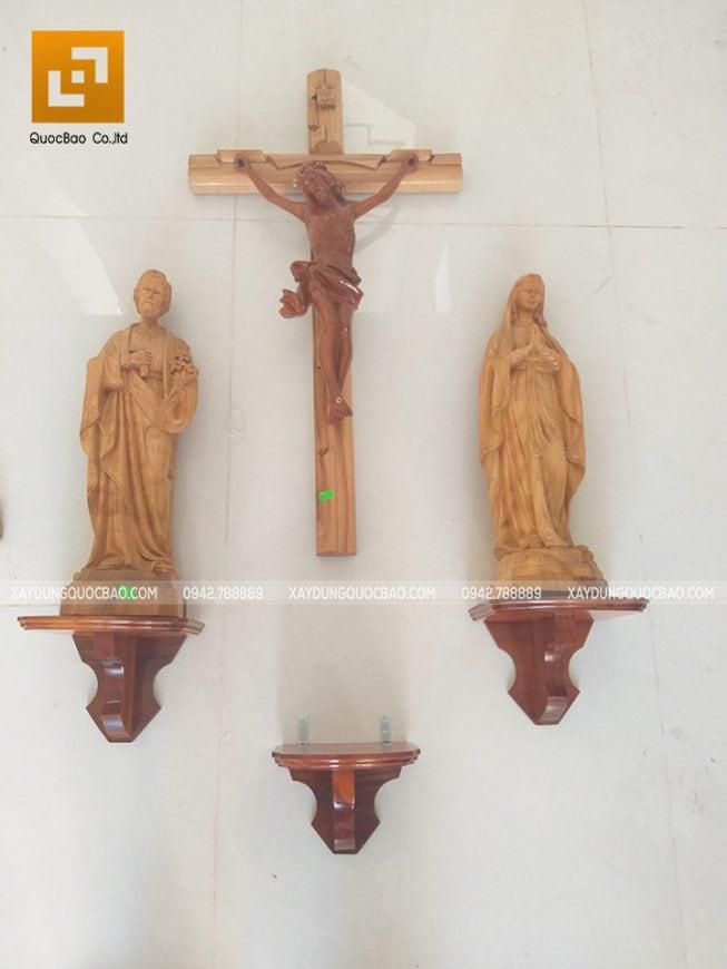 Tượng Thiên Chúa bằng gỗ rất đẹp, tạo điểm nhấn cho căn nhà