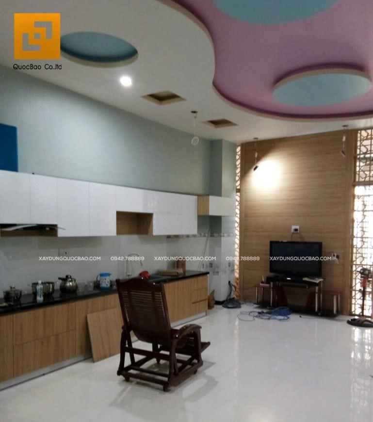 Phòng bếp rất rộng rãi, trần nhà trang trí đẹp mắt