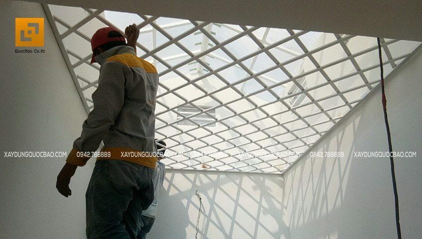 Thi công khung sắt bảo vệ giếng trời
