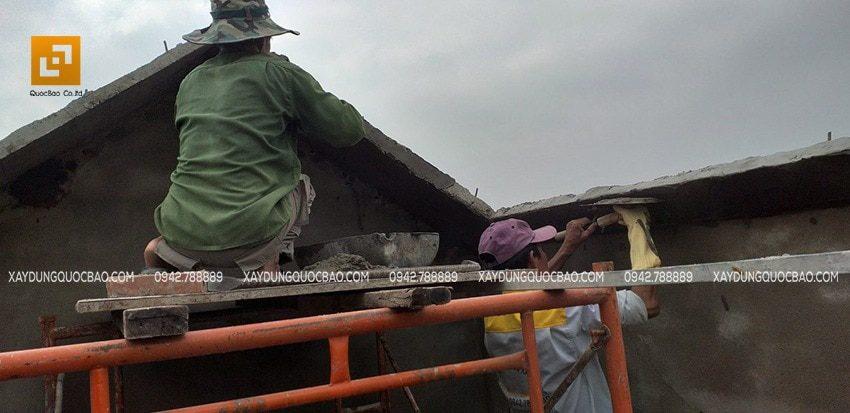 Công nhân thi công phần chóp mái của biệt thự