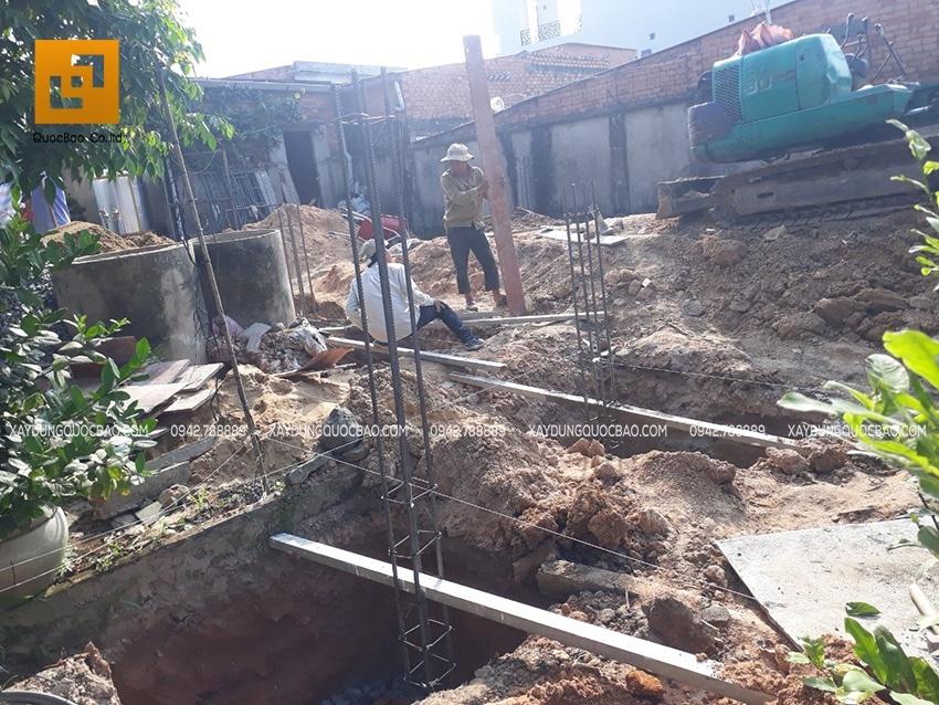 Lắp đặt cốp pha để đổ bê tông trụ móng chịu lực cho biệt thự