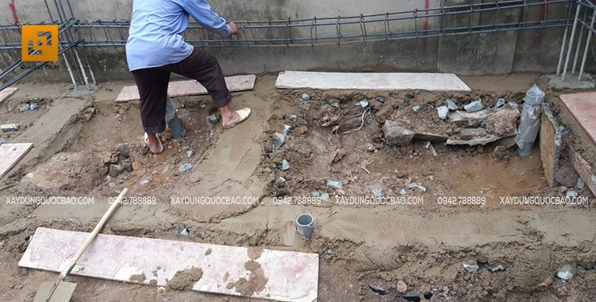 Công nhân đang đan thép dầm mống theo đúng kỹ thuật xây dựng
